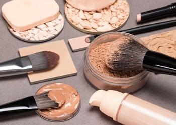 5 Perbedaan Concealer dan Foundation untuk Memutihkan Wajah