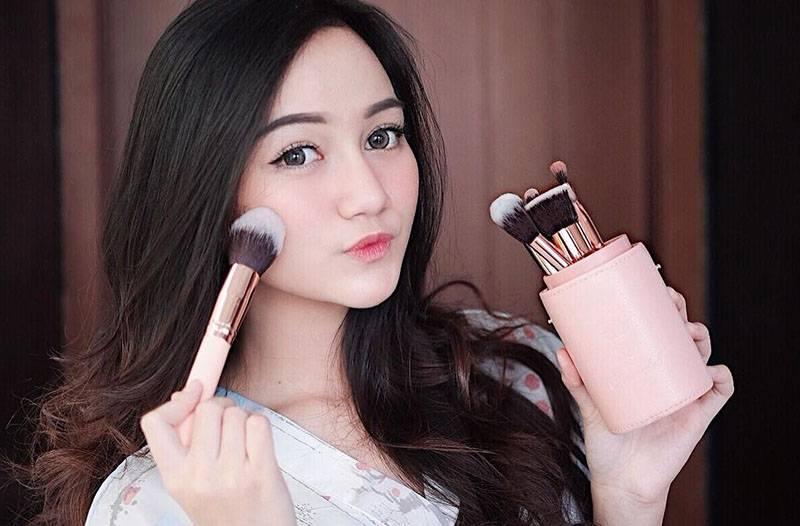 4 Cara Memutihkan Wajah Nanda Arsyinta, Beauty Vlogger yang Kece Abis